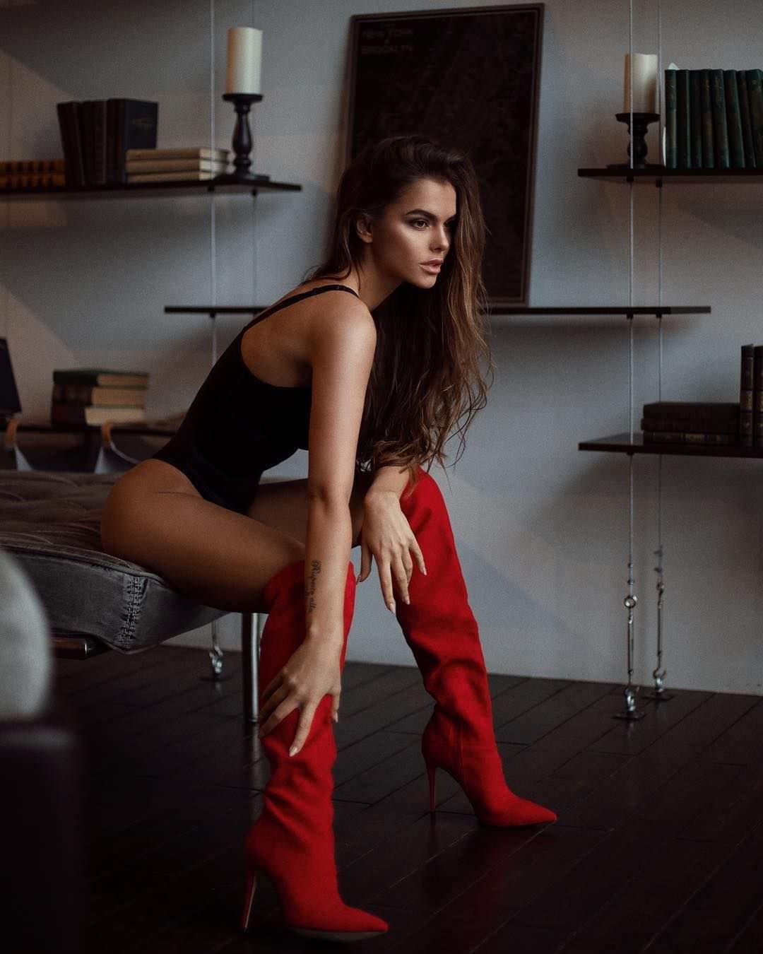 Виктория Одинцова фото в красных сапогах