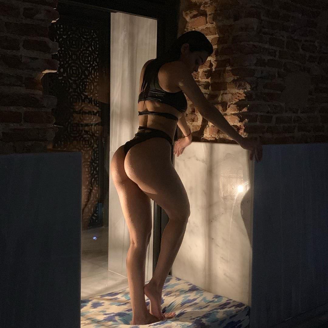 Янет Гарсия фото в ванной