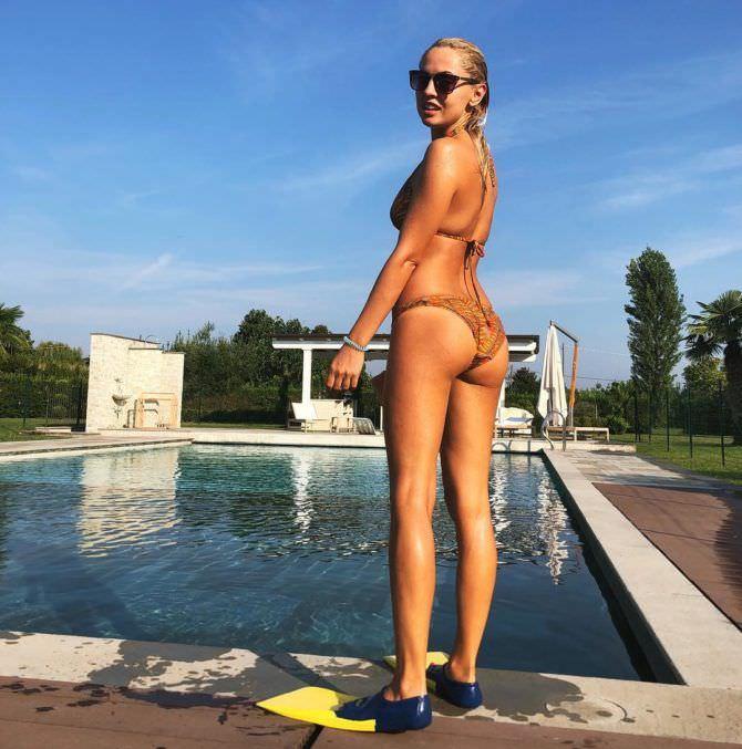 Янина Студилина фотография у бассейна в купальнике