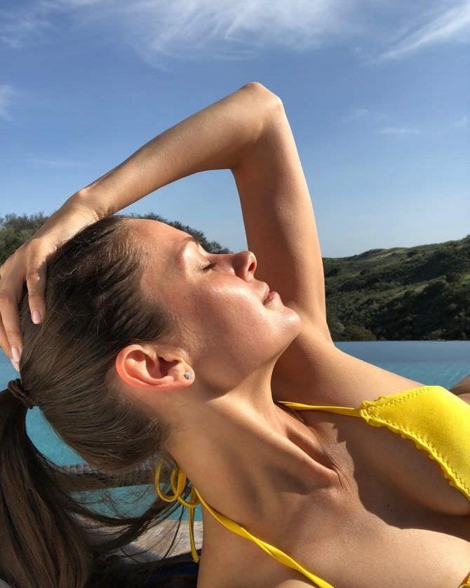 Ольга Фонда фото в жёлтом бикини