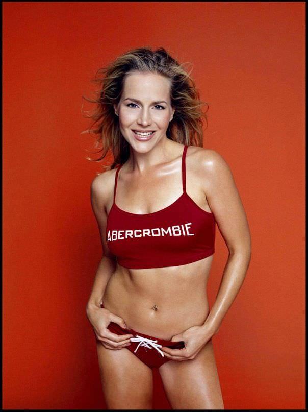 Джули Бенц фото в красном топе