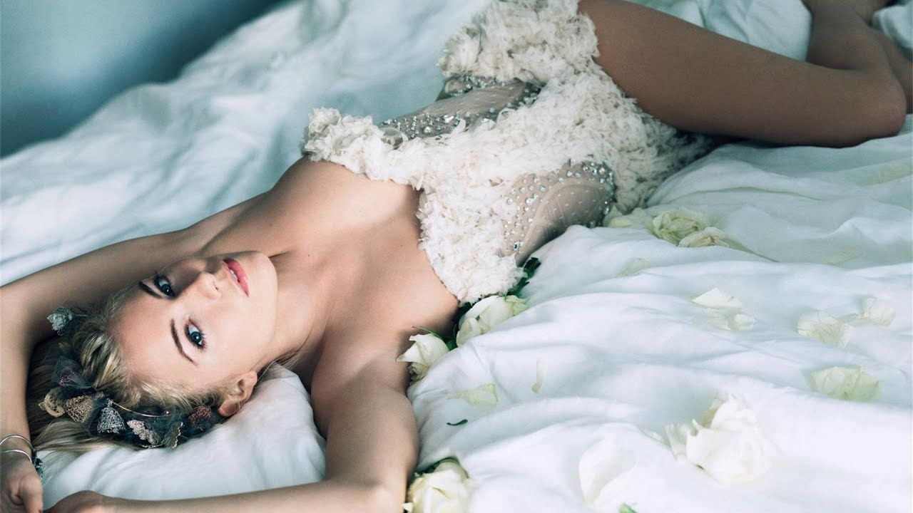Сиенна Миллер фото на постели