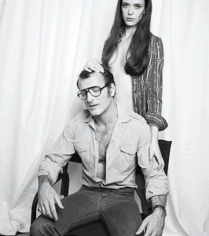 Стэйси Мартин фото возле стула