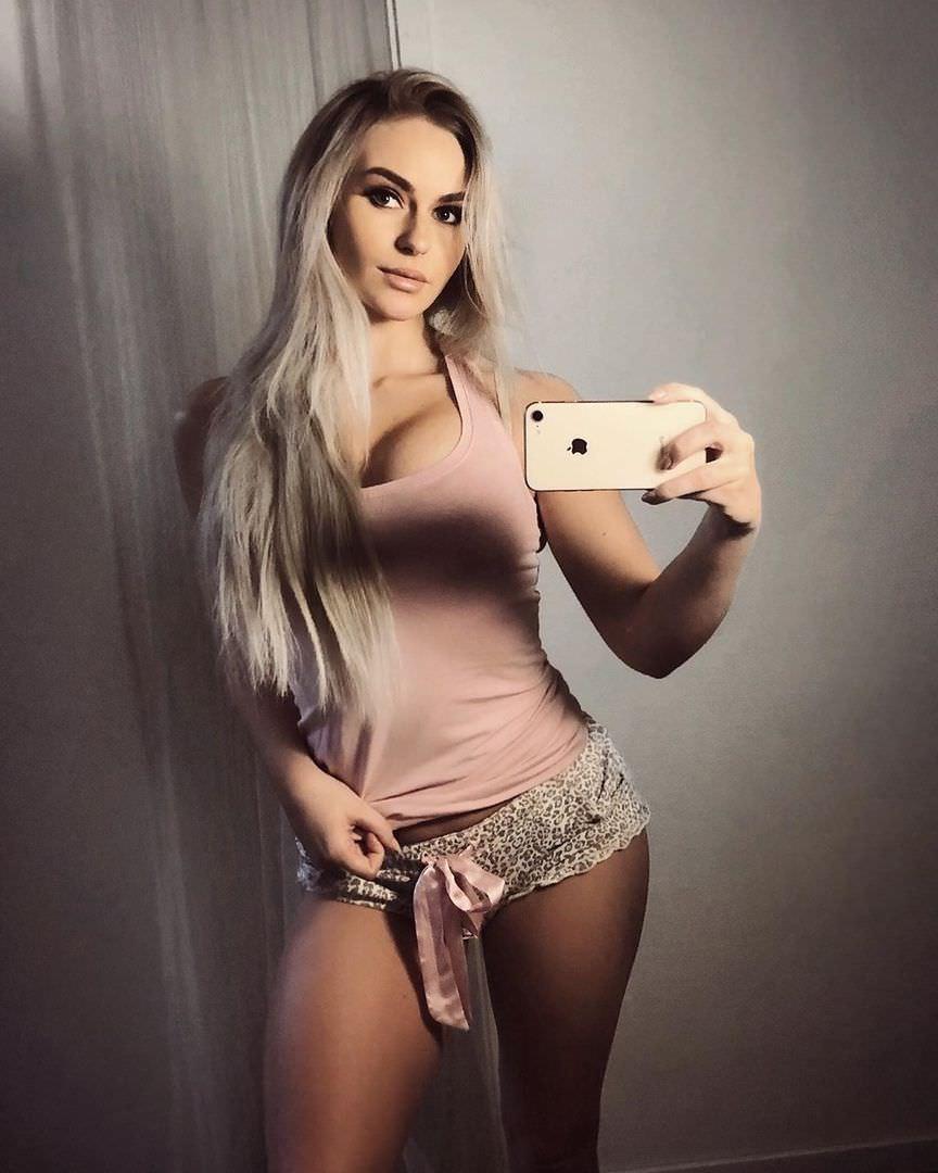 Анна Нистром фото в коротких пижамных шортах