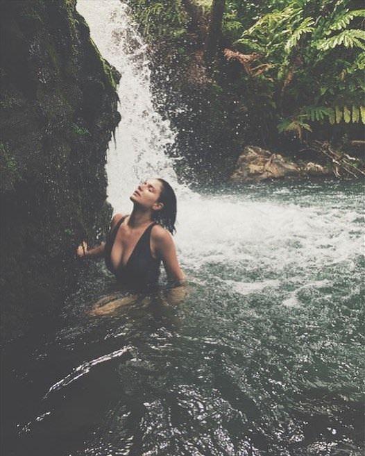 Ив Хьюсон фотография в купальнике под водопадом