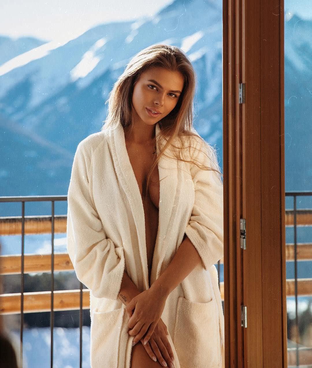 Виктория Одинцова фото в халате