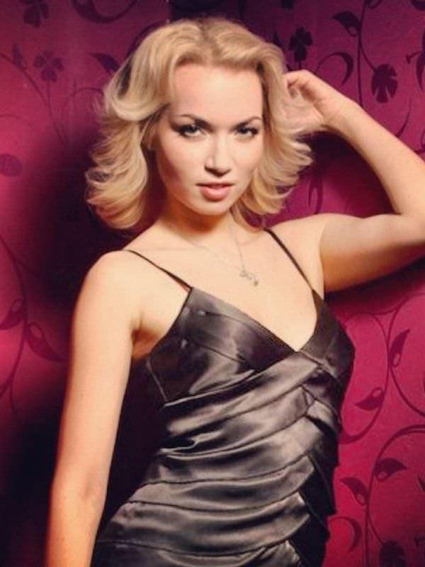 Анастасия Гулимова фото на красном фоне