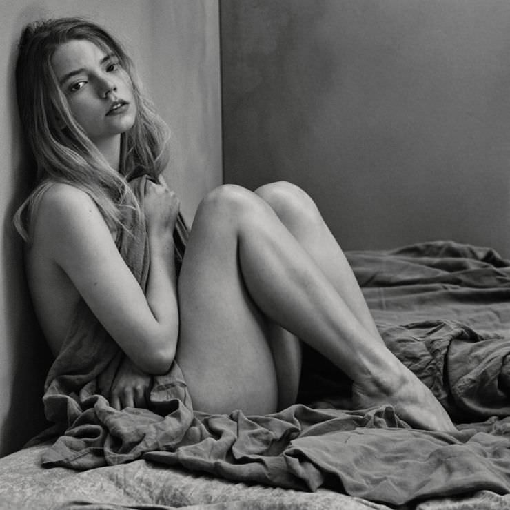 Аня Тейлор-Джой фото на кровати