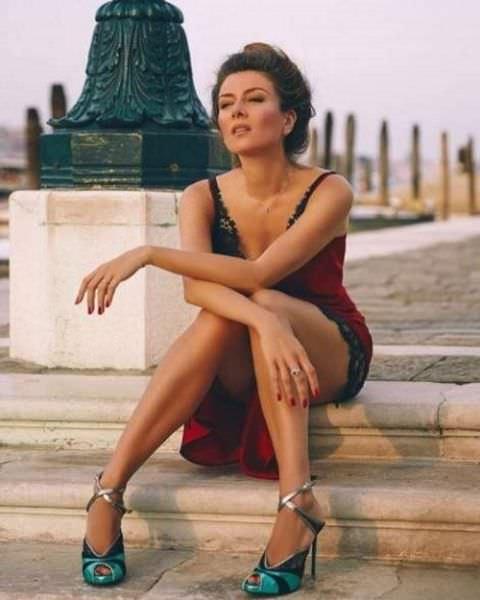 Жанна Бадоева фото на ступеньках