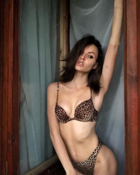 Полина Фаворская фото у окна
