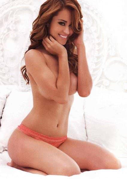 Янет Гарсия фото на кровати
