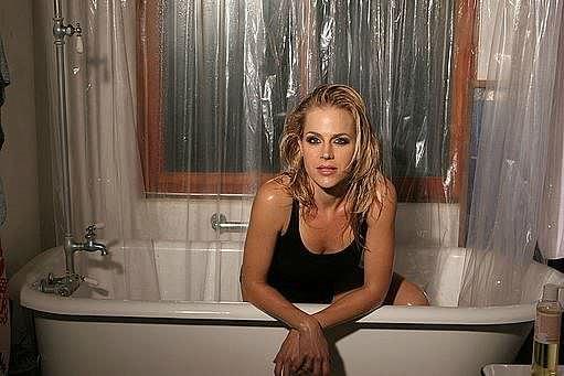 Джули Бенц фото в ванной