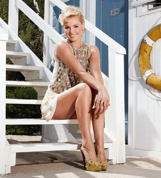 Кэтрин Хайгл фото на ступеньках