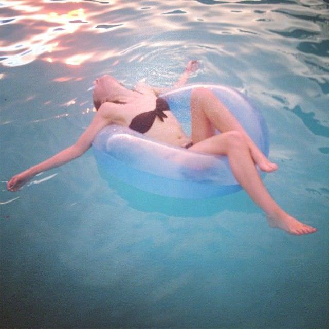 Эмили Браунинг фотография с надувным кругом