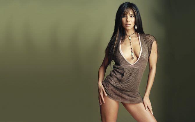 Розалин Санчес фото в коричневой футболке