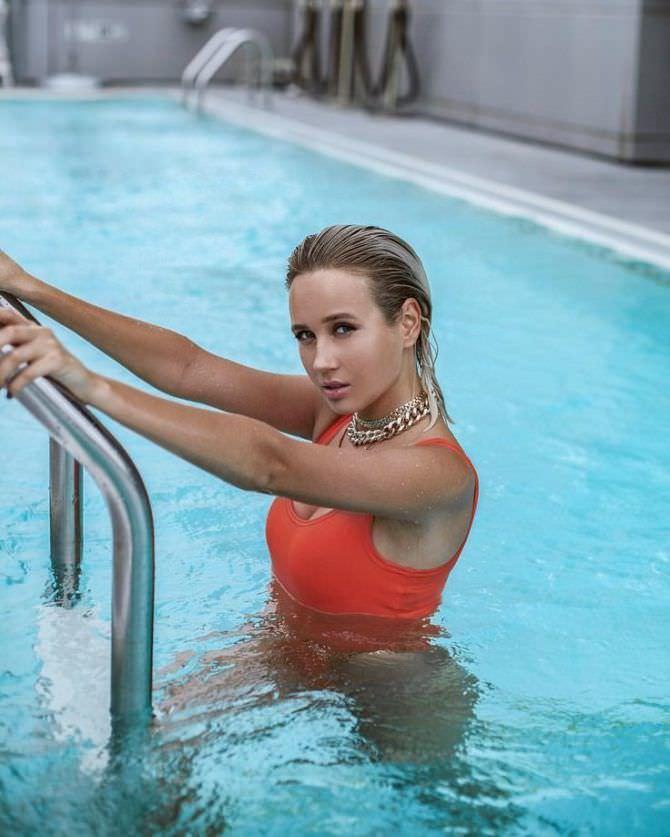 Клава Кока фотография в красном купальнике