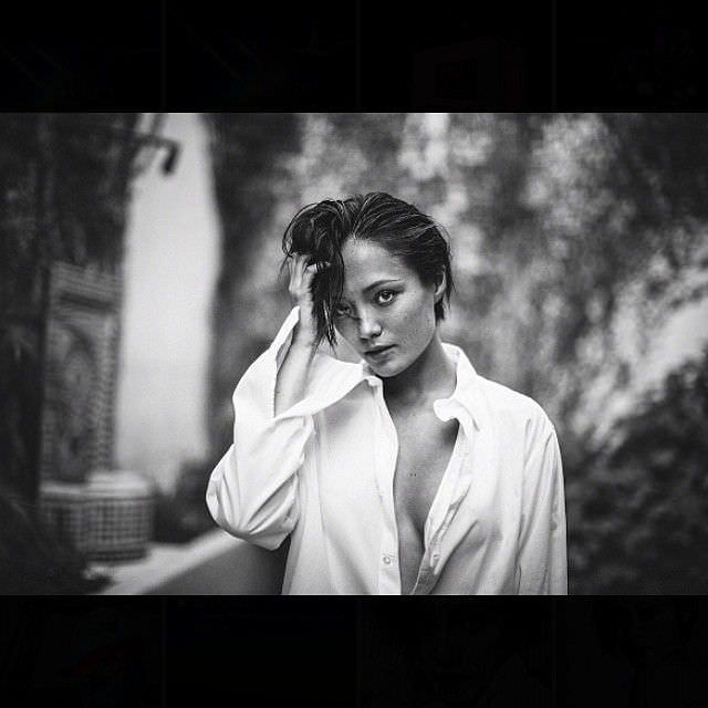 Пом Клементьефф чёрно-белая фотосессия в рубашке