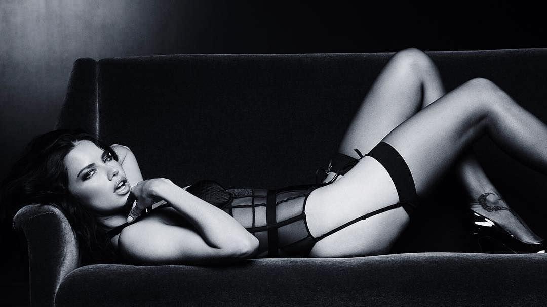 Андриана Лима фото на диване