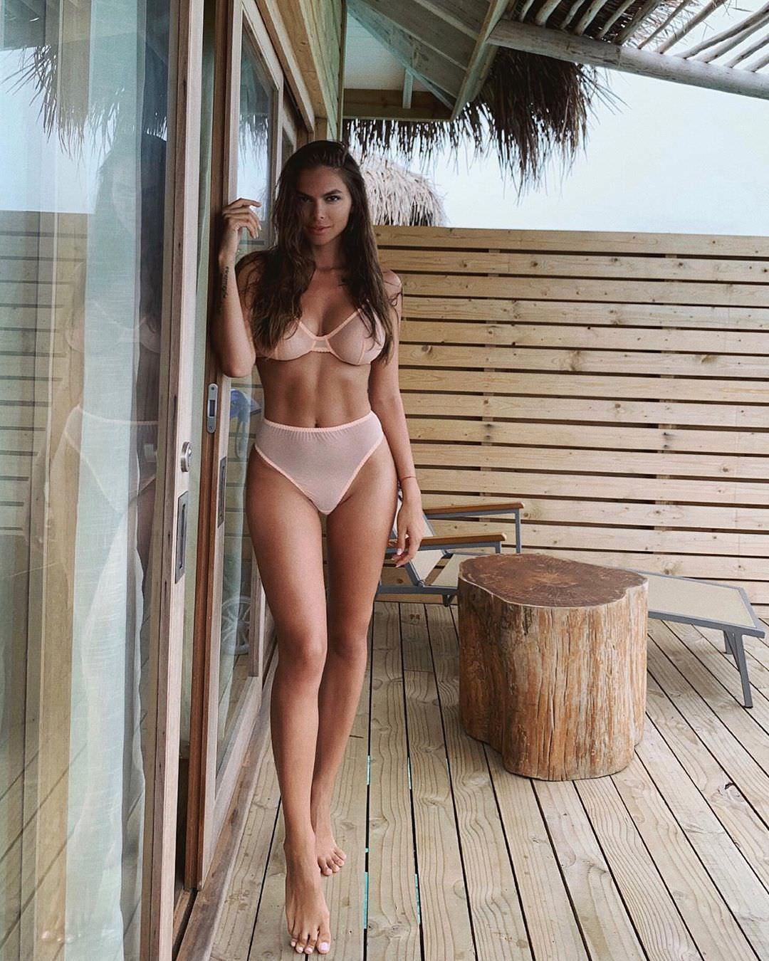 Виктория Одинцова фото на балконе