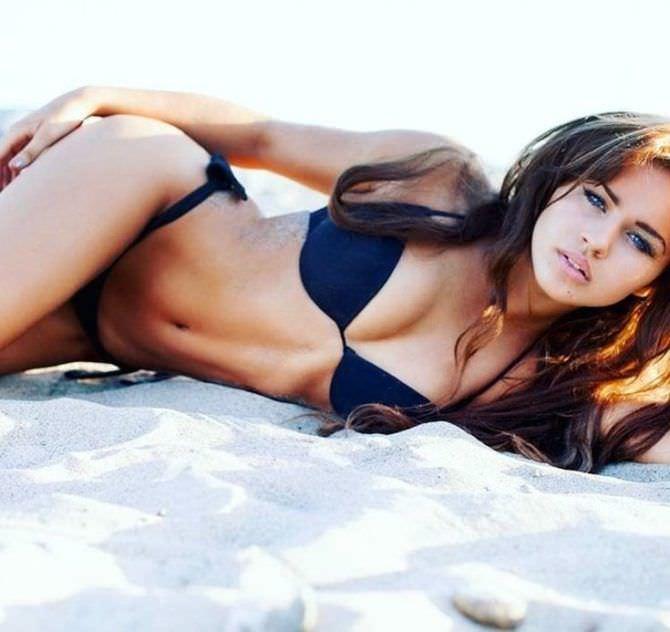 Рози Мак фото на пляже в бикини