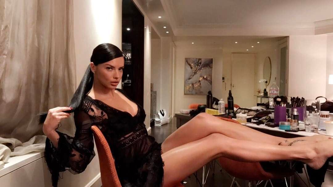 Андриана Лима фото на стуле