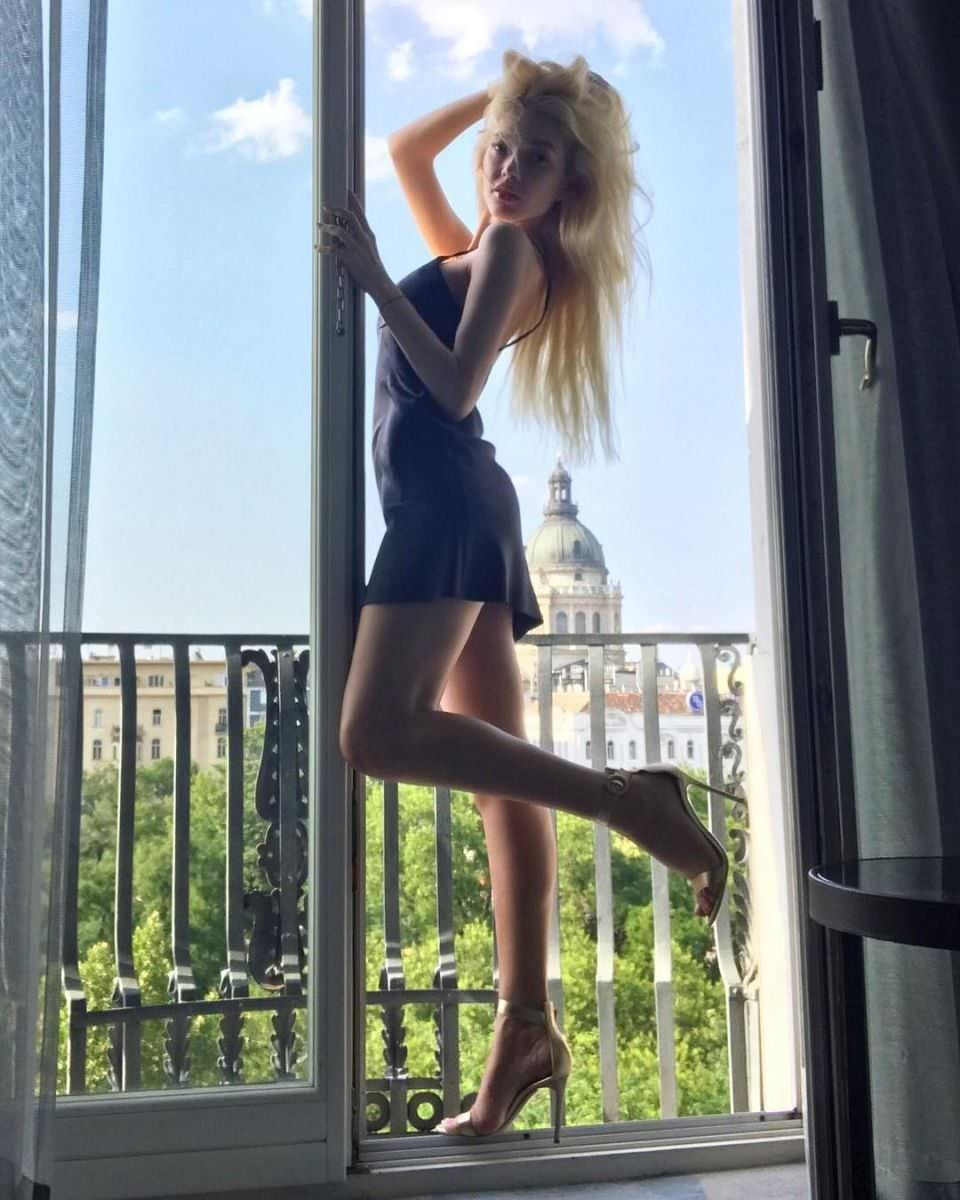 Эрика Герцег фото на балконе