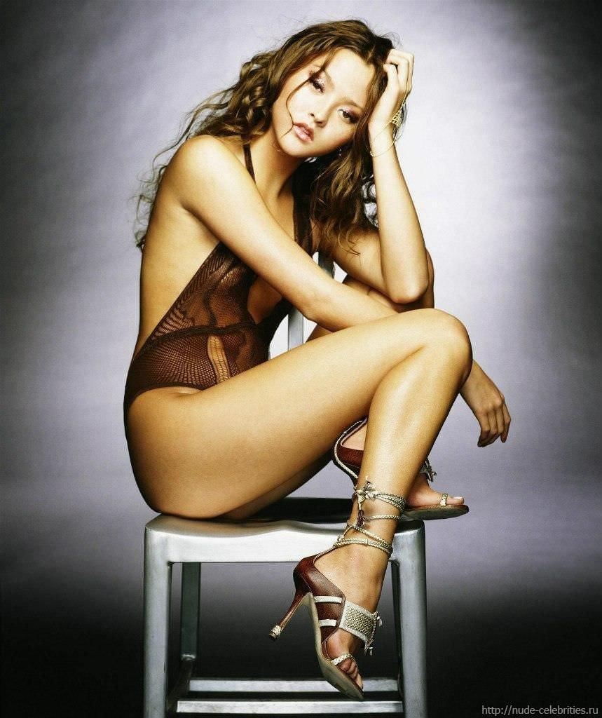 Девон Аоки фото на стуле