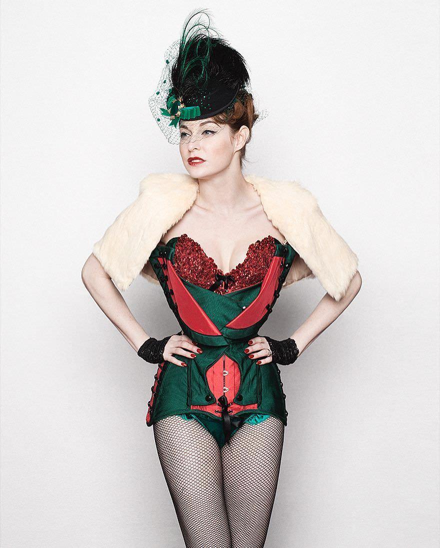 Эсме Бьянко фото в откровенном наряде