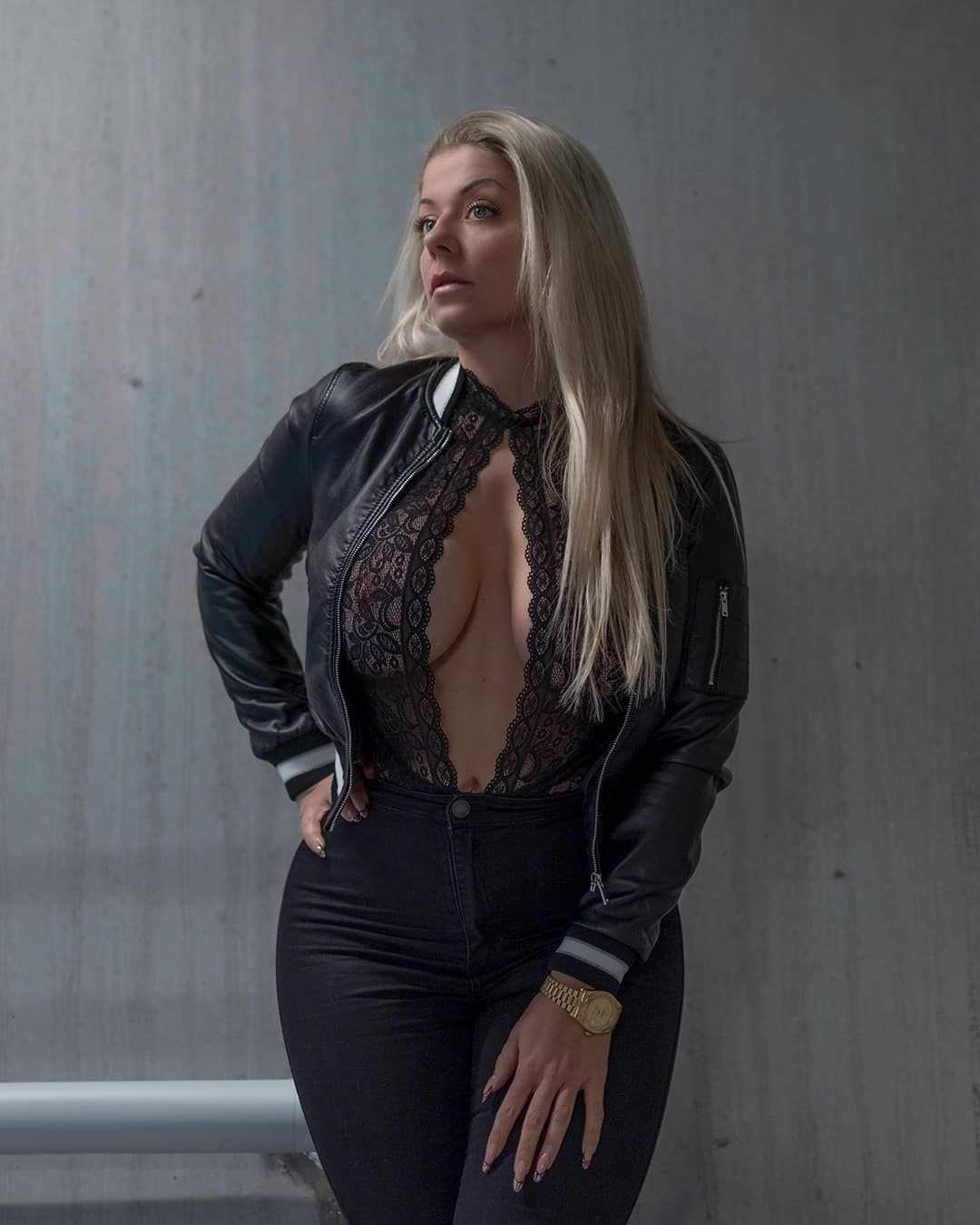 Миа Сэнд фото в темных брюках