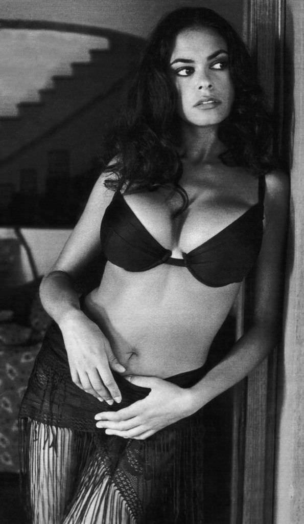 Мария Грация Кучинотта фотография в купальнике и платке