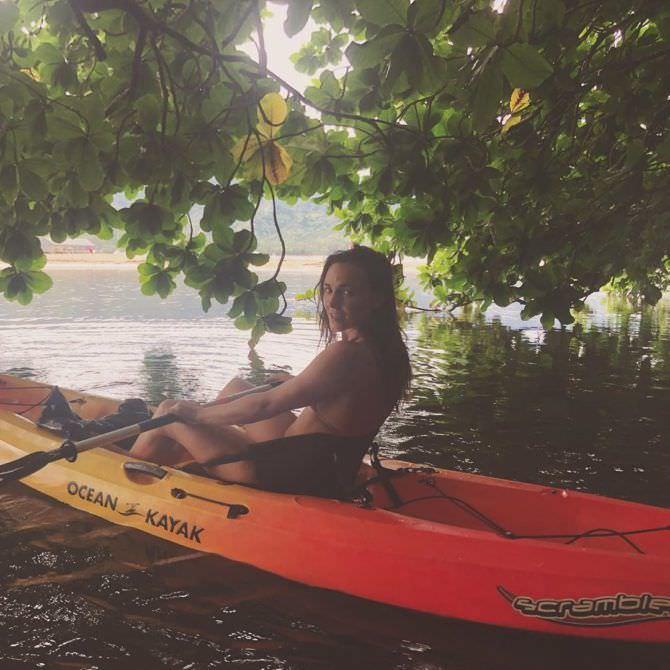 Бриана Эвиган фото в купальнике в лодке