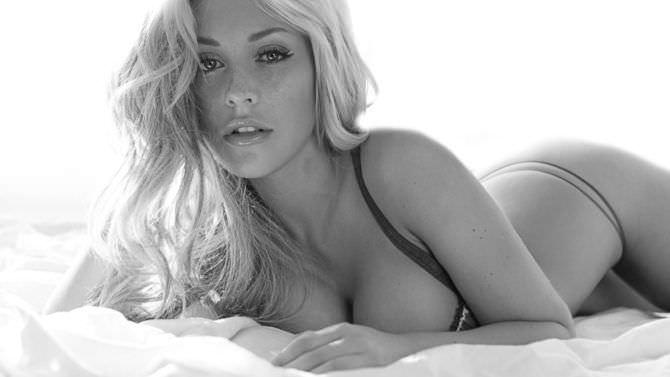 Рози Мак чёрно-белое фото в белье