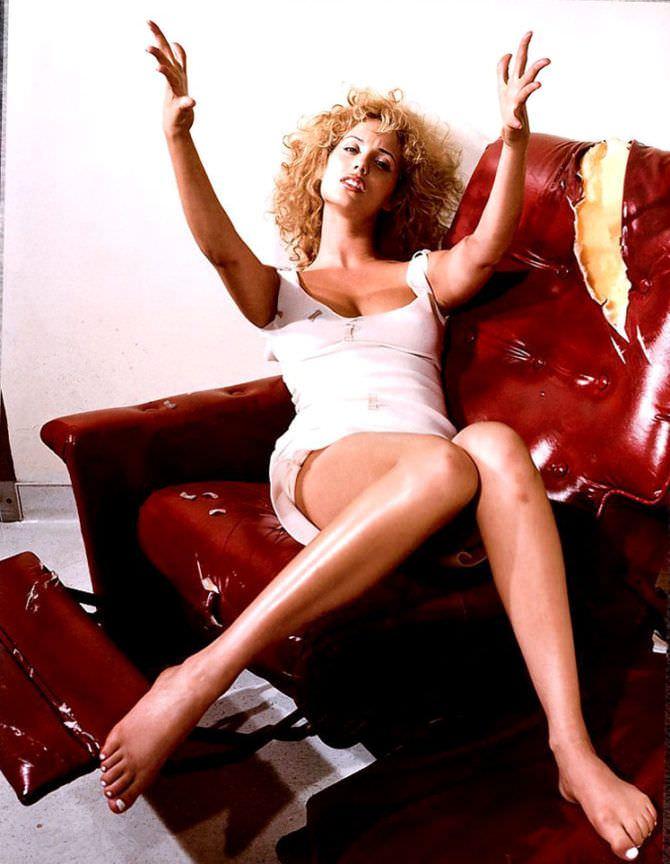 Элизабет Беркли фото в платье на кресле