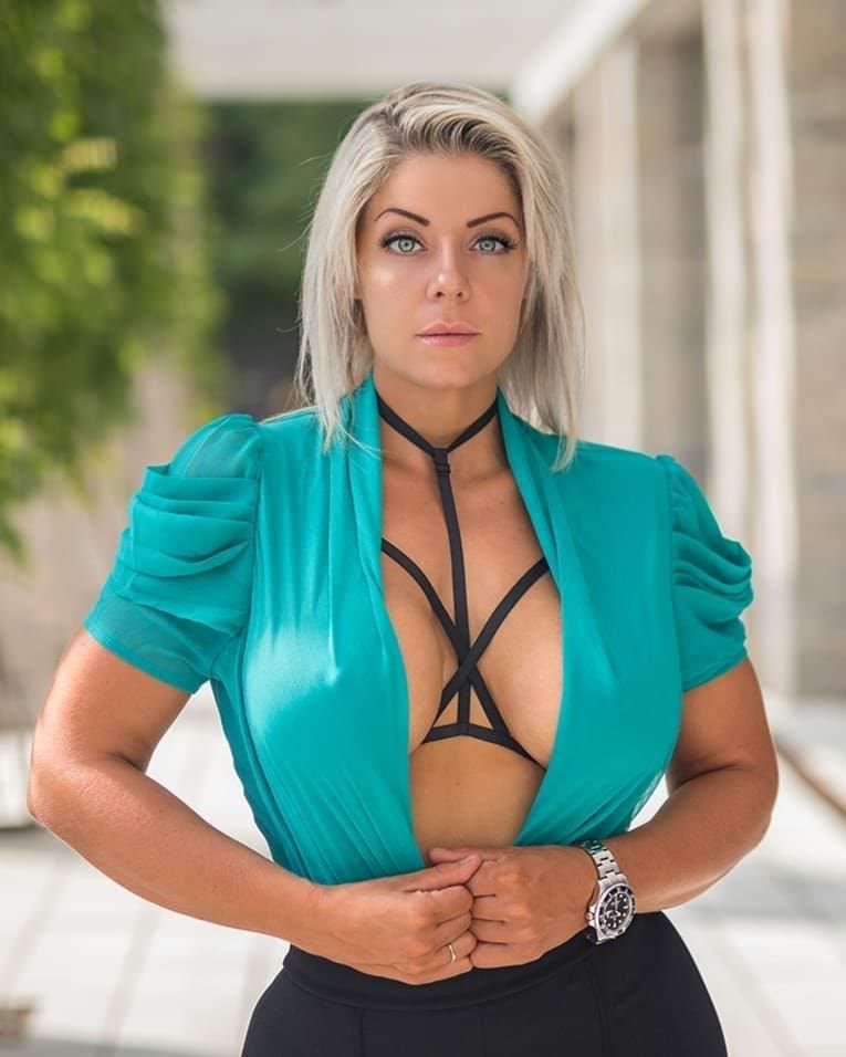 Миа Сэнд фото в блузе