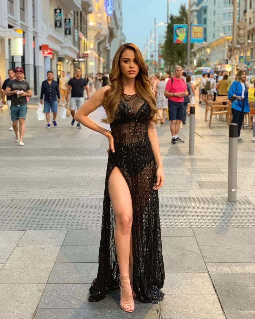 Янет Гарсия фото в черном платье