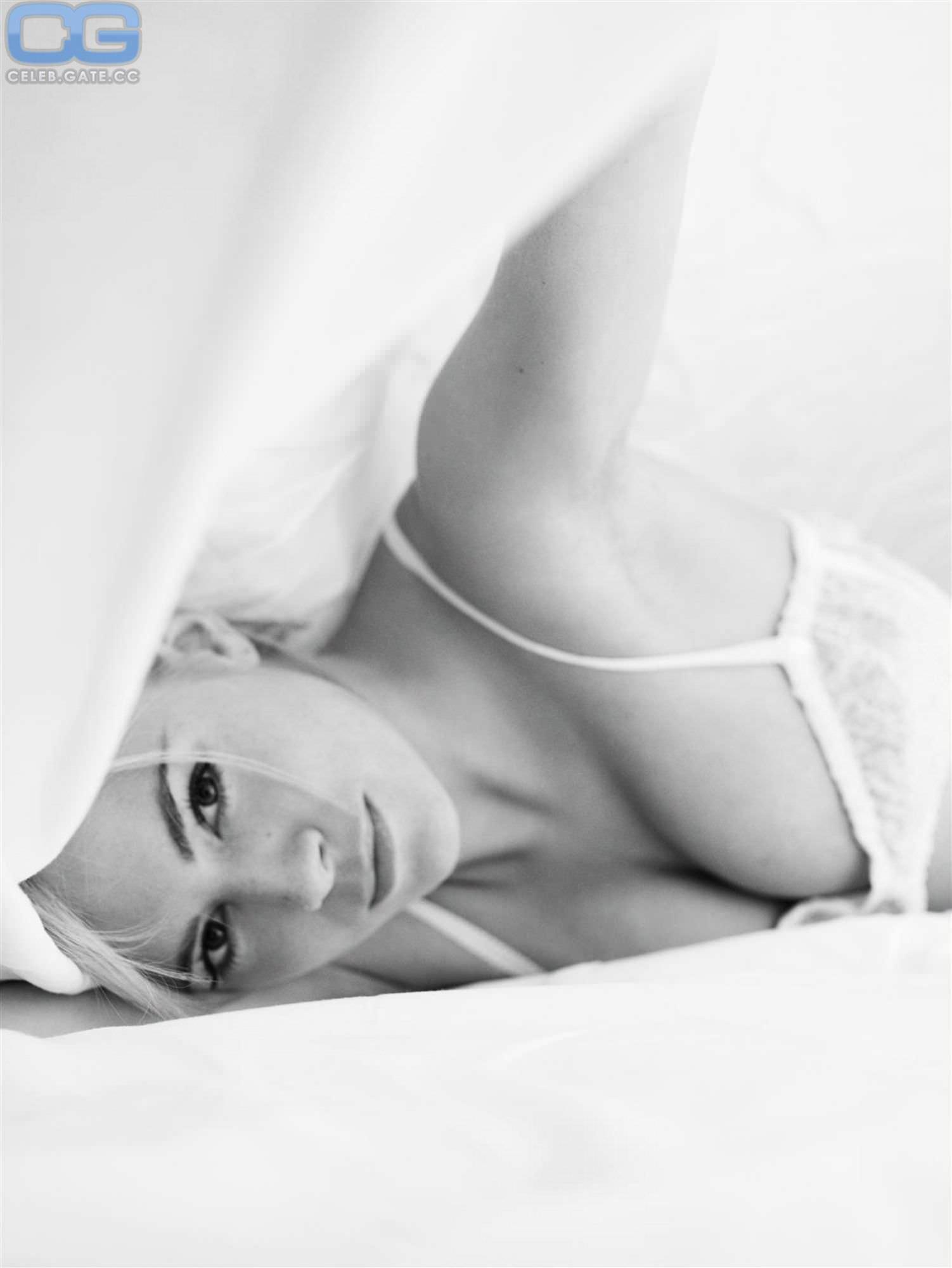 Сиенна Миллер фото груди