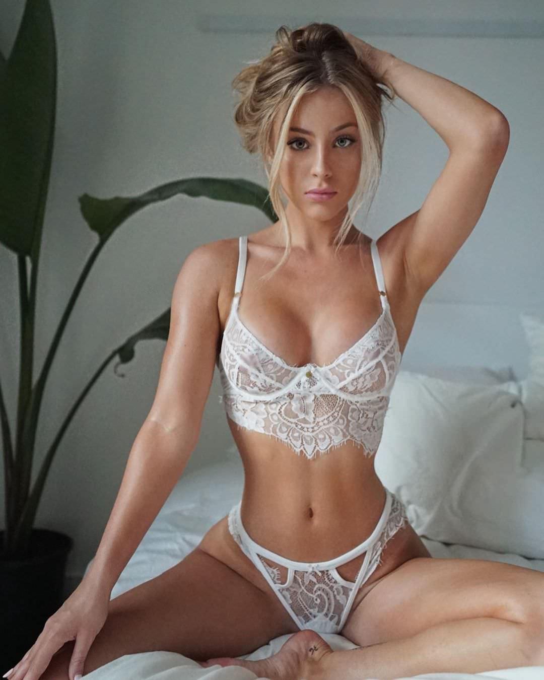 Дейзи Кич фото на кровати