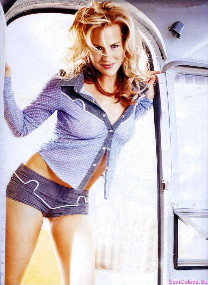 Джули Бенц фото в шортах
