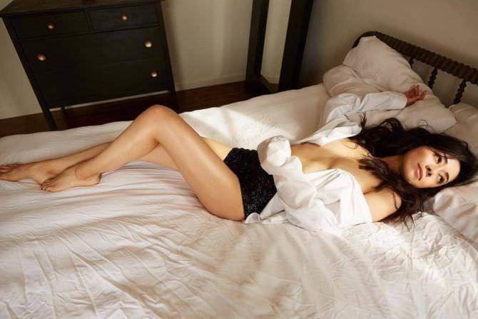 Айма Гарсиа фото на белом постельном