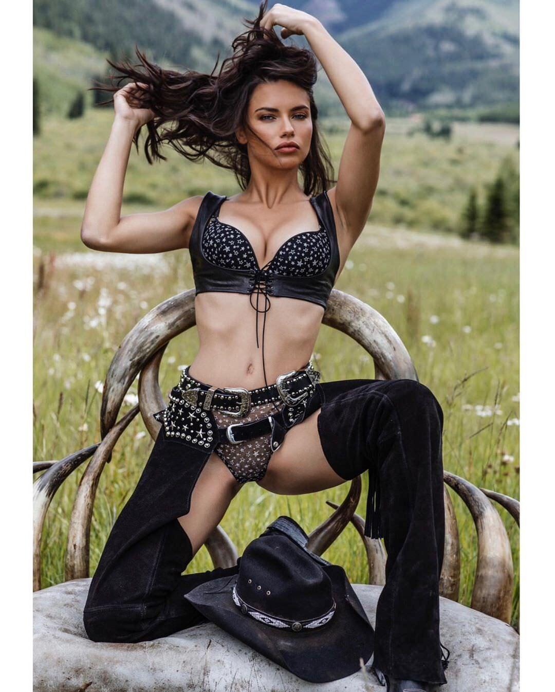 Адриана Лима фото в бюстгальтере