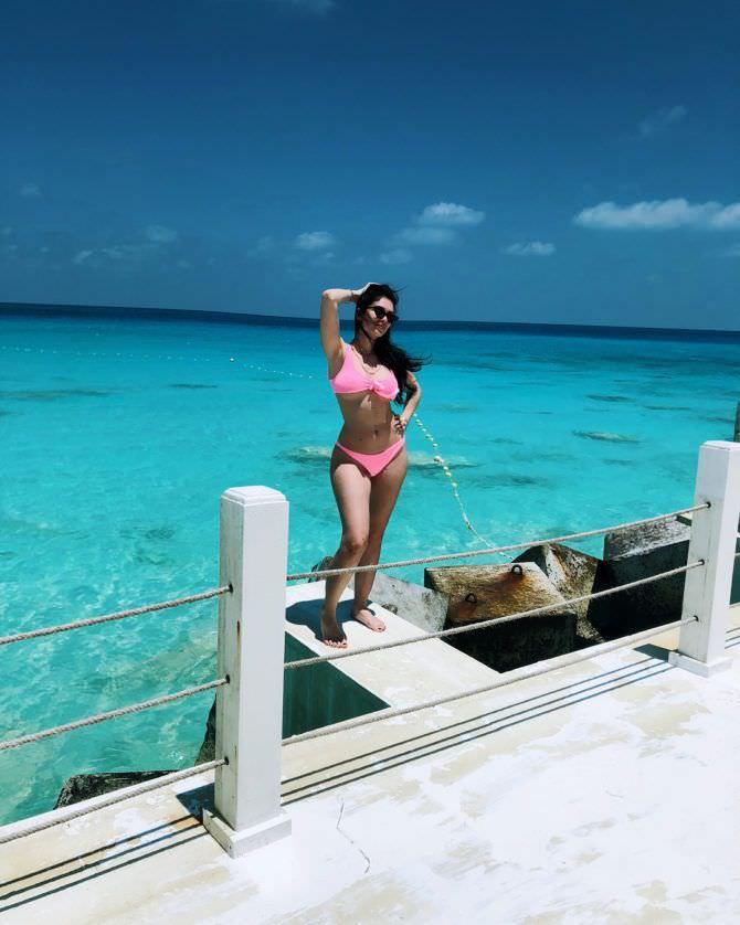 Эра Истрефи фото в розовом купальнике