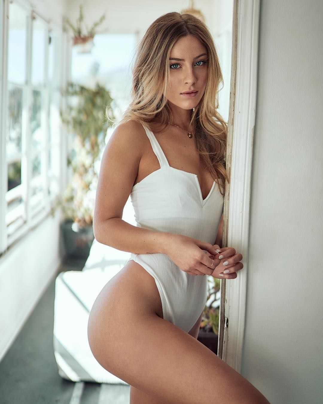 Дейзи Кич фото на балконе