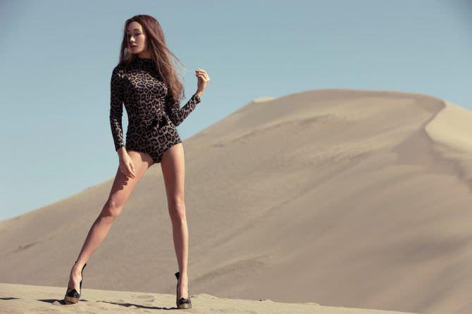 Мэгги Кью фото в песках в боди