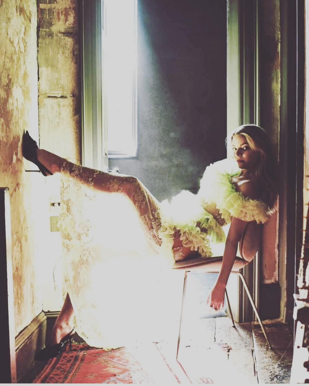 Аня Тейлор-Джой фото на стуле