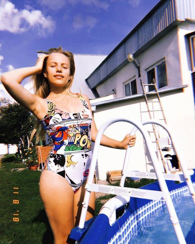 Виктория Клинкова фотография в цветном купальнике