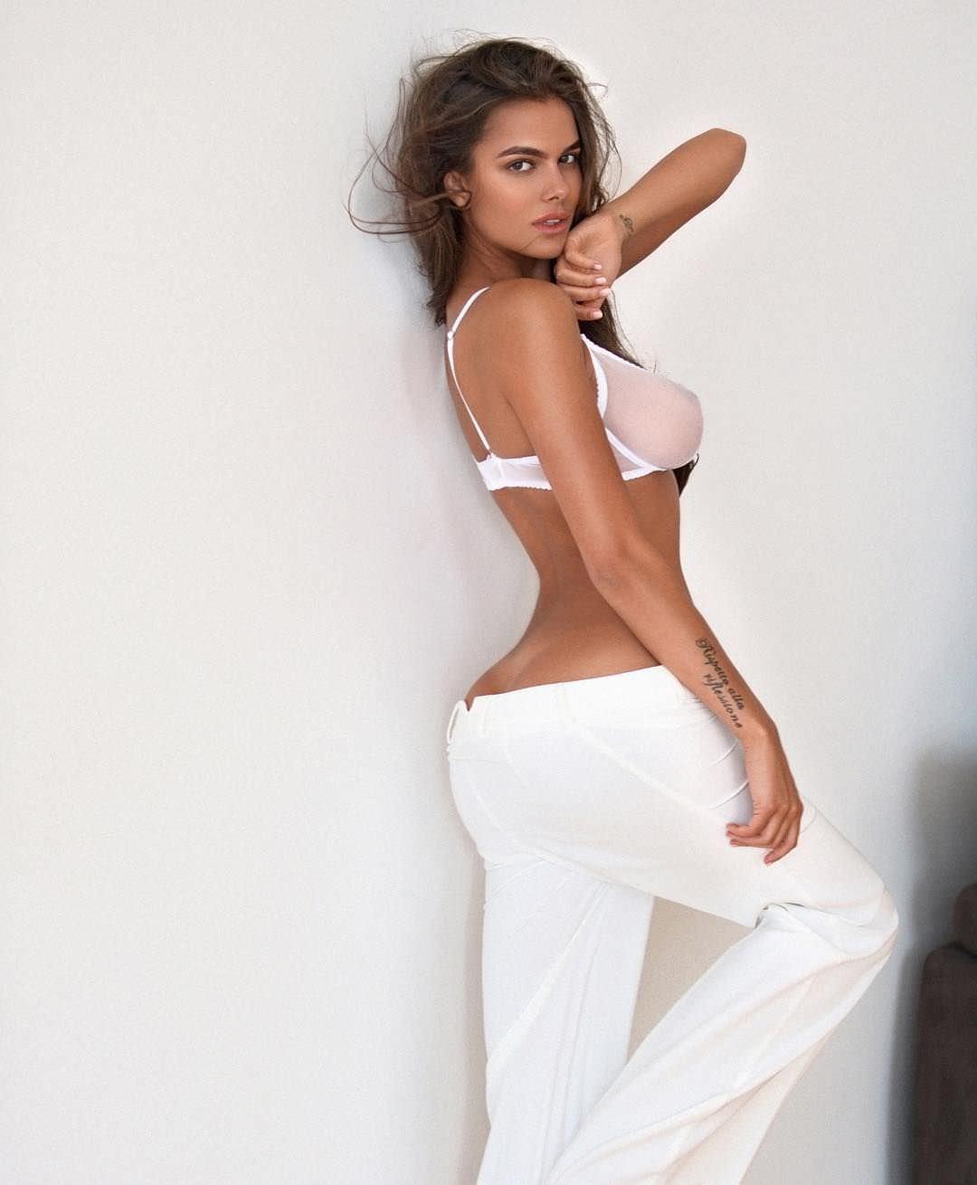 Виктория Одинцова фото в белых брюках