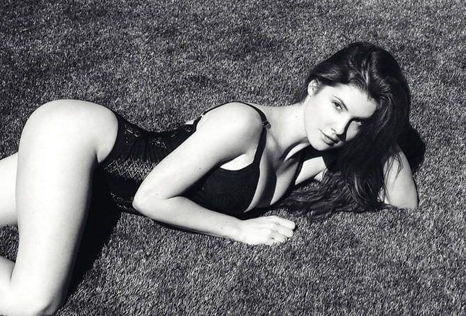 Аманда Черни чёрно-белое фото в купальнике