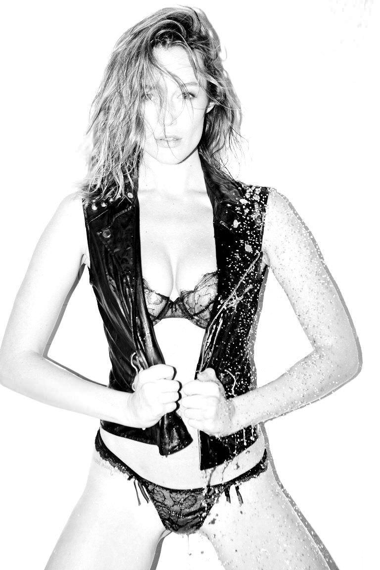 Сара Дюмон черно-белое фото в жилетке