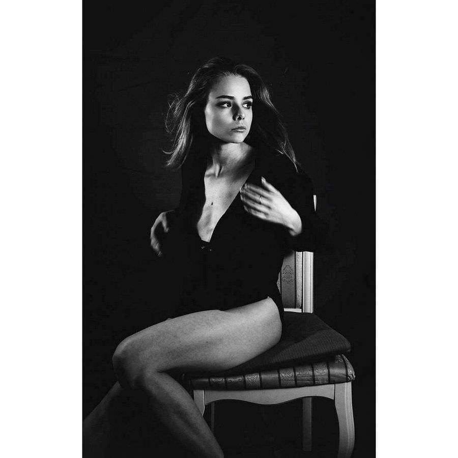 Анастасия Акатова фото на стуле