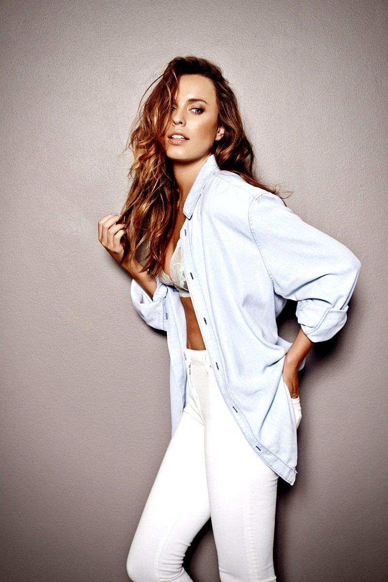 Джессика Макнэми фото в расстегнутой рубашке